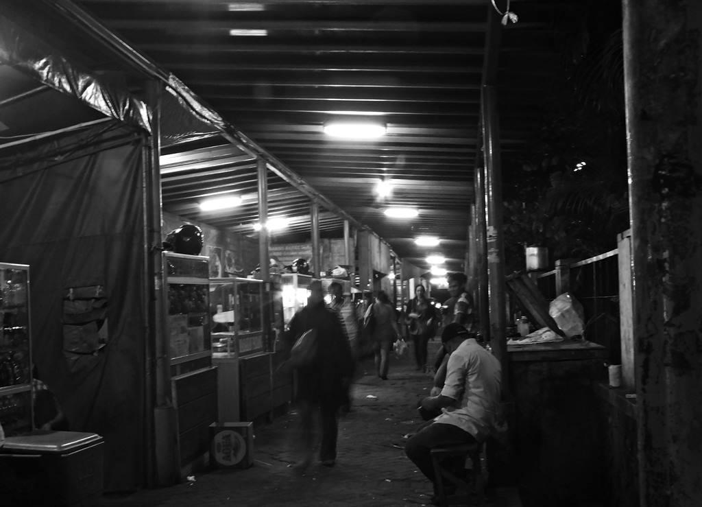 Kehidupan Malam di Kota Hujan