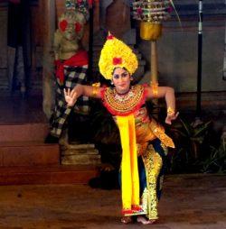 Penari Bali – Cropping, Contrast, dan Levels
